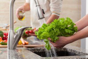 Como lavar a salada? Aprenda a melhor maneira