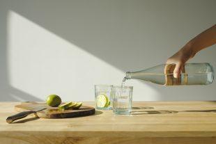 5 benefícios de beber água com limão em jejum